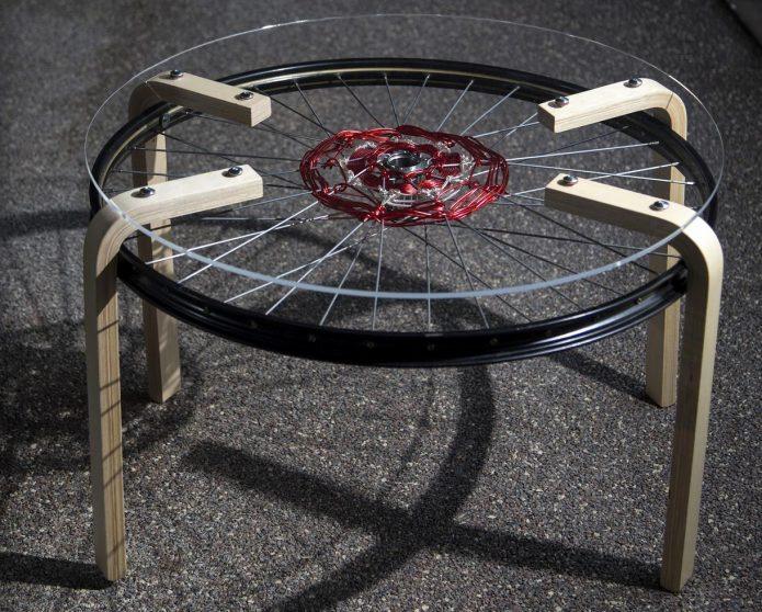 Как из велосипедного колеса и стекла смастерить необычный кофейный столик