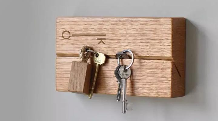 Самодельная ключница из деревянного бруска: необычно и практично
