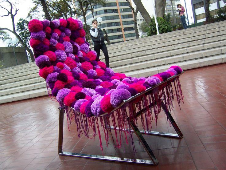 Самодельнаясидушка-чехол на стулья из обычных помпонов